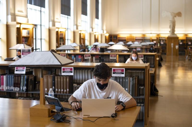 大学の卒業生は大きな負債を背負わされている(Bloomberg)