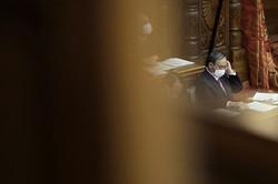 急落する内閣支持率に、足元の自民党で早期解散を求める声が強まっている(Bloomberg)