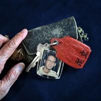 亡くなった足立伸也さんのキーホルダーを優しくなでる母・朝子さんの手=兵庫県豊岡市で、猪飼健史撮影