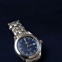 足立伸也さんの遺品の腕時計。新婚旅行先で購入した。時計は今でも動き、父・悦夫さんが使用している=兵庫県豊岡市で、猪飼健史撮影