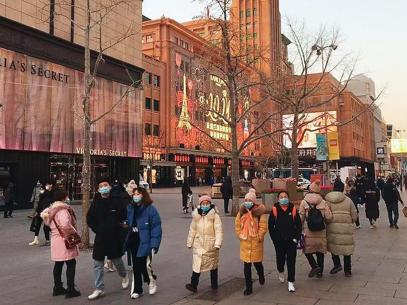 百貨店やショッピングモールが集積する北京市中心部の繁華街「王府井」=1月1日