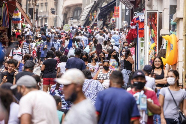 クリスマスシーズンを迎えサンパウロの繁華街に買い物に訪れた人々(2020年12月) (Bloomberg)