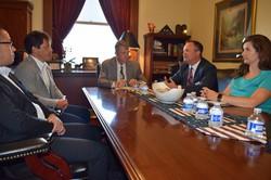 米アイダホ州政府高官と意見交換する鈴木隆史さん(左から2人目)=清水憲司撮影