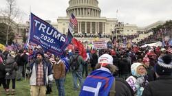 米大統領就任式の準備が行われていた連邦議会を占拠するトランプ大統領の支持者たち=2021年1月6日、古本陽荘撮影
