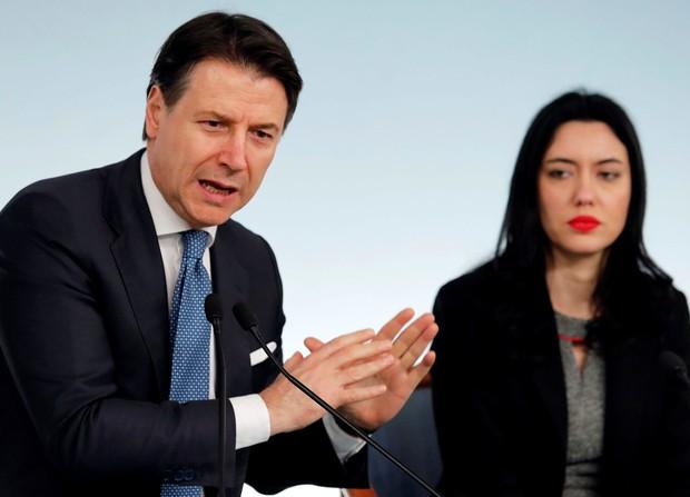 2020年3月4日、ローマで、学校の閉鎖について報道陣に発表するイタリアのコンテ首相(左)(ロイター=共同)