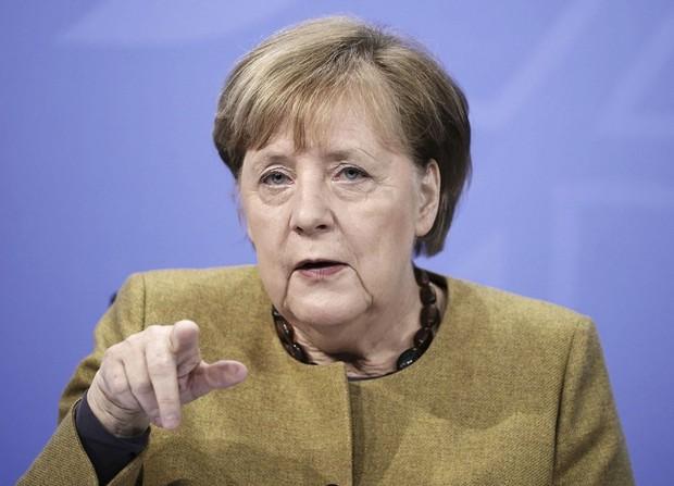 2021年1月5日、ベルリンで記者会見するメルケル首相(ロイター=共同)