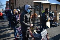 フードバンクの食料配布の列に並ぶ人々=米ニューヨークで2020年12月22日、隅俊之撮影