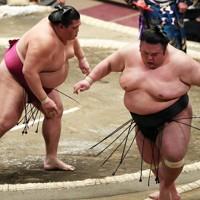 御嶽海(左)に押し出しで敗れた貴景勝=東京・両国国技館で2021年1月10日、玉城達郎撮影