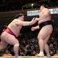 大栄翔(左)が押し出しで朝乃山を破る=東京・両国国技館で2021年1月10日、吉田航太撮影
