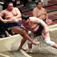 照ノ富士(右)が押し倒しで琴勝峰を降す=東京・両国国技館で2021年1月10日、玉城達郎撮影