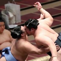 顔を激しくぶつけ合う輝(右)と翔猿=東京・両国国技館で2021年1月10日、玉城達郎撮影