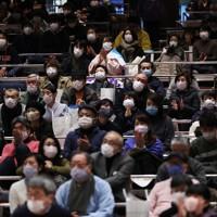 マスクを着け、大相撲を観戦する観客たち=東京・両国国技館で2021年1月10日、吉田航太撮影