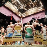 土俵入りする力士たち=東京・両国国技館で2021年1月10日、吉田航太撮影