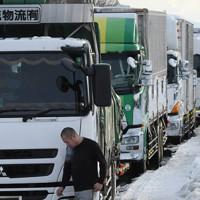 国道8号で立ち往生するトラックの列=福井市で2021年1月11日午後3時55分、山田尚弘撮影
