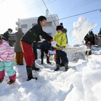 道路の雪かきに追われる住民たち=福井市で2021年1月11日午後2時6分、山田尚弘撮影