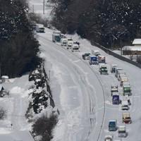 大雪による立ち往生が解消されない北陸自動車道の上り線=福井県あわら市で2021年1月11日午前11時58分、本社ヘリから木葉健二撮影