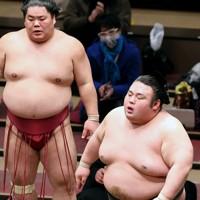 大栄翔(奥)にはたき込みで敗れ、ぼうぜんとする貴景勝=東京・両国国技館で2021年1月11日、幾島健太郎撮影