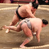 朝乃山(奥)がすくい投げで北勝富士を降す=東京・両国国技館で2021年1月11日、幾島健太郎撮影