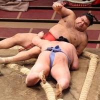 正代(手前)に寄りたおしで敗れた高安=東京・両国国技館で2021年1月11日、幾島健太郎撮影