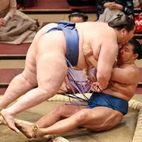 逸ノ城(左)が寄り倒しで豊昇龍を降す=東京・両国国技館で2021年1月11日、幾島健太郎撮影