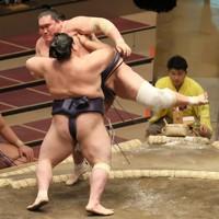 阿武咲(手前)に寄り切りで敗れた照ノ富士=東京・両国国技館で2021年1月11日、尾籠章裕撮影
