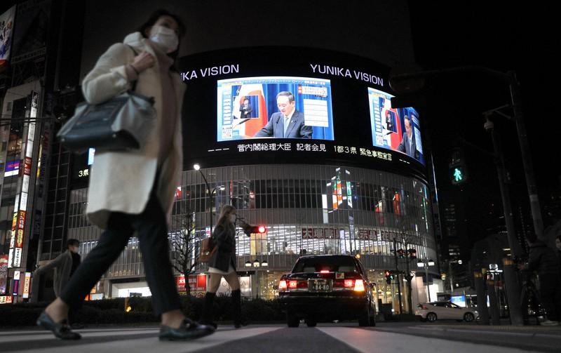 緊急事態宣言の発令について記者会見する菅義偉首相の映像を流す街頭ビジョン=東京都新宿区で2021年1月7日、宮武祐希撮影