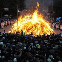 どんと祭の御神火を取り囲む大勢の人たち=仙台市青葉区の大崎八幡宮で2012年1月14日午後4時24分、手塚耕一郎撮影