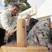 福島第1原発事故後、8年ぶりの古里での餅つきを楽しむ参加者たち=福島県大熊町で2019年1月14日午前11時8分、喜屋武真之介撮影
