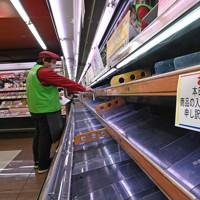 品薄になったスーパー「ハニー食彩館」西福井店の精肉コーナー。トラック輸送が止まり、11日午後以降に精肉やパンなどの在庫が底をついた。冷凍食品や保存が利く麺類が売れているという=福井市文京4で2021年1月12日午前11時7分、山田尚弘撮影