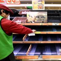 品薄になったスーパー「ハニー食彩館」西福井店の精肉コーナー。トラック輸送が止まり、11日午後以降に精肉やパンなどの在庫が底をついた。冷凍食品や保存が利く麺類や冷凍食品が売れているという=福井市文京4で2021年1月12日午前11時8分、山田尚弘撮影