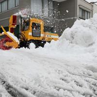 住宅街を走る除雪車=福井市で2021年1月12日午前9時12分、山田尚弘撮影