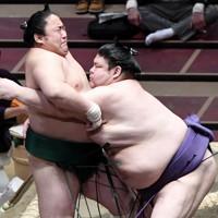 明瀬山(右)が寄り切りで佐田の海を降す=東京・両国国技館で2021年1月12日、竹内紀臣撮影