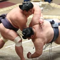妙義龍(左)がすくい投げで徳勝龍を破る=東京・両国国技館で2021年1月12日、宮武祐希撮影