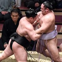 照強(左)が押し出しで琴恵光を破る=東京・両国国技館で2021年1月12日、竹内紀臣撮影