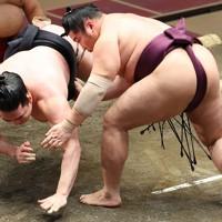 遠藤(右)が上手出し投げで竜電を降す=東京・両国国技館で2021年1月12日、宮武祐希撮影