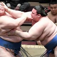 碧山(右)が突き出しで逸ノ城を降す=東京・両国国技館で2021年1月12日、竹内紀臣撮影