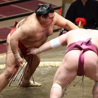 高安(左)が突き落としで宝富士を降す=東京・両国国技館で2021年1月12日、宮武祐希撮影