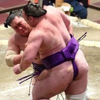 照ノ富士(左)が寄り切りで栃ノ心を降す=東京・両国国技館で2021年1月12日、宮武祐希撮影