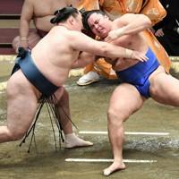 玉鷲(左)が上手ひねりで琴勝峰を破る=東京・両国国技館で2021年1月12日、竹内紀臣撮影