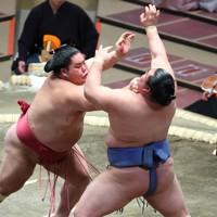 大栄翔(左)が突き出しで正代を破る=東京・両国国技館で2021年1月12日、宮武祐希撮影