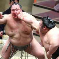貴景勝(右)を突き落としで破った北勝富士=東京・両国国技館で2021年1月12日、宮武祐希撮影