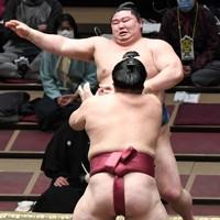 大栄翔(手前)に突き出しで敗れる正代=東京・両国国技館で2021年1月12日、竹内紀臣撮影