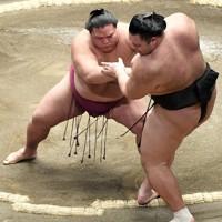 御嶽海(左)が押し出しで朝乃山を破る=東京・両国国技館で2021年1月12日、竹内紀臣撮影