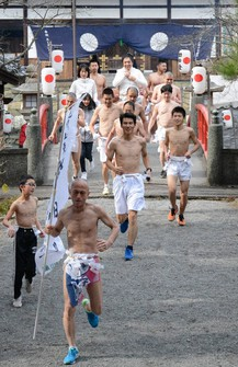 Participants including men naked from the waste-up depart from Itakiso Shrine at an event in the city of Wakayama, on Jan. 11, 2021. (Mainichi/Satoshi Yamaguchi)
