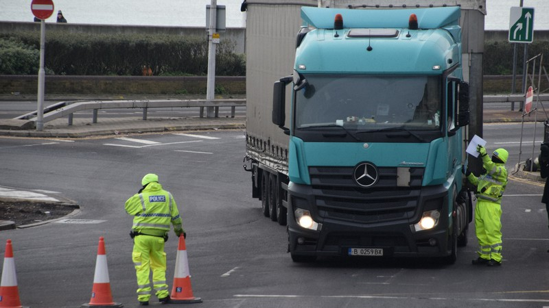 欧州大陸に向かうトラックをチェックする英国の警察官ら=英南東部ドーバー港で2021年1月1日、横山三加子撮影