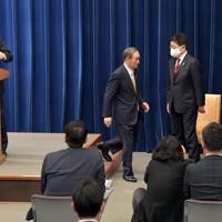 記者会見を終え、会見室を出る菅義偉首相(左から2人目)。左端は新型コロナウイルス感染症対策分科会の尾身茂会長=首相官邸で2021年1月13日午後7時40分、竹内幹撮影