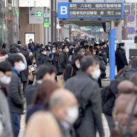 博多駅前でバスを待つ人たち=福岡市博多区で2021年1月13日午前8時12分、津村豊和撮影