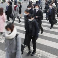 JR博多駅前を歩く通勤客ら=福岡市博多区で2021年1月13日午前8時8分、津村豊和撮影
