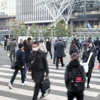 JR博多駅前を歩く通勤客ら=福岡市博多区で2021年1月13日午前7時56分、津村豊和撮影