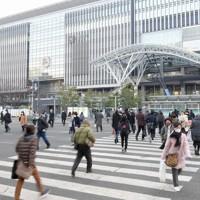 通勤時間帯に博多駅前を歩く人たち=福岡市博多区で2021年1月13日午前7時56分、津村豊和撮影